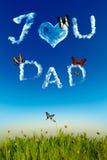 Σ' αγαπώ ευχετήρια κάρτα μπαμπάδων με τις επιστολές σύννεφων Στοκ εικόνα με δικαίωμα ελεύθερης χρήσης