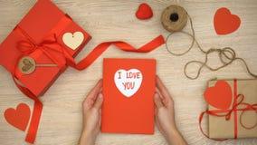 Σ' αγαπώ η φράση που γράφεται στη ευχετήρια κάρτα, εορτασμός ημέρας βαλεντίνων, παρουσιάζει απόθεμα βίντεο