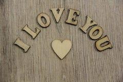 Σ' αγαπώ ξύλινες καρδιά μορφής και επιστολές, θέμα αγάπης Στοκ Εικόνα