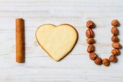 Σ' αγαπώ πρόταση που τακτοποιείται με τα μπισκότα και τα καρύδια Στοκ εικόνες με δικαίωμα ελεύθερης χρήσης