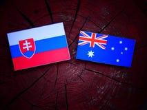 Σλοβάκικη σημαία με την αυστραλιανή σημαία σε ένα κολόβωμα δέντρων που απομονώνεται Στοκ Εικόνα