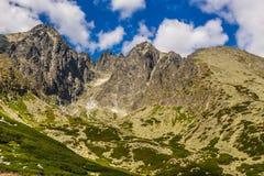 Σλοβάκικο Tatras Αιχμές βουνών στο υπόβαθρο των σύννεφων και του ουρανού Στοκ Φωτογραφίες
