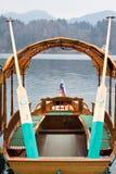 Σλοβένικο παραδοσιακό pletna βαρκών κωπηλασίας ξύλινο στη λίμνη που αιμορραγείται Στοκ φωτογραφίες με δικαίωμα ελεύθερης χρήσης