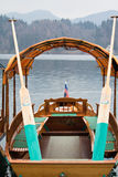 Σλοβένικο παραδοσιακό pletna βαρκών κωπηλασίας ξύλινο στη λίμνη που αιμορραγείται Στοκ φωτογραφία με δικαίωμα ελεύθερης χρήσης