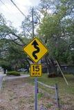Τάμπα, Φλώριδα/ΗΠΑ - 5 Μαΐου 2018: 15 MPH χαμηλό σημάδι οδών γωνίας με το σύμβολο μιας squiggly γραμμής Στοκ φωτογραφίες με δικαίωμα ελεύθερης χρήσης
