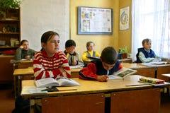 Τάξη με τους μαθητές στο ρωσικό αταξινόμητο αγροτικό Sc Στοκ Φωτογραφίες