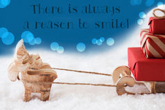 Τάρανδος με το έλκηθρο, μπλε υπόβαθρο, χαμόγελο λόγου αποσπάσματος πάντα στοκ εικόνα με δικαίωμα ελεύθερης χρήσης