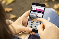 Τάσεις ανάγνωσης γυναικών blog στο πάρκο Στοκ φωτογραφίες με δικαίωμα ελεύθερης χρήσης