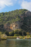 Τάφοι άποψης wıth Dalyan στοκ φωτογραφία με δικαίωμα ελεύθερης χρήσης