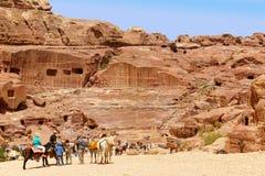 Τάφοι και θέατρο που χαράζονται στο βράχο στη Petra, Ιορδανία στοκ εικόνες