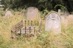 Τάφοι σε ένα παλαιό νεκροταφείο Στοκ Φωτογραφίες