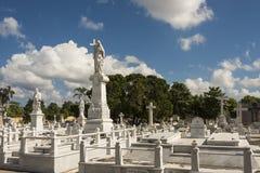 Τάφοι στο νεκροταφείο Αβάνα άνω και κάτω τελειών Στοκ Εικόνες
