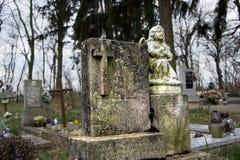 Τάφοι, ταφόπετρες και crucifixes στο παραδοσιακό νεκροταφείο Άγαλμα ενός αγγέλου στην παλαιά πέτρα τάφων στο νεκροταφείο Όλο το S Στοκ εικόνα με δικαίωμα ελεύθερης χρήσης