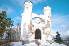 Τάφος παρεκκλησιών Lyudvigsburg στο νησί νεκρού στενού του επάνω το ηλιόλουστο απόγευμα Φεβρουαρίου Πάρκο Monrepos σε Vyborg, Ρωσ Στοκ Εικόνες