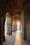 Τάφος του Muhammad Shah Sayyid's, άποψη από την κιονοστοιχία μέσα στοκ εικόνες