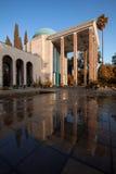 Τάφος Saadi στη Shiraz που απεικονίζεται στο υγρό πάτωμα μια ηλιόλουστη ημέρα με το θερμό φίλτρο στοκ φωτογραφία με δικαίωμα ελεύθερης χρήσης