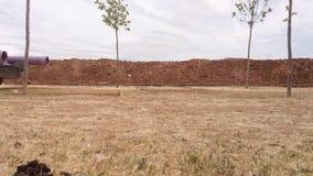 Τάφρος και σωλήνες στο εργοτάξιο οικοδομής απόθεμα βίντεο