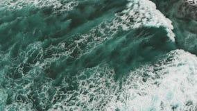 Τέλεια άποψη της stunningly όμορφης επιφάνειας του Ατλαντικού Ωκεανού Γιγαντιαία τυρκουάζ κύματα, δυτική ακτή Tenerife απόθεμα βίντεο