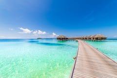 Τέλεια άποψη των βιλών νερού πολυτέλειας στο νησί των Μαλδίβες Μπλε θάλασσα και μπλε ουρανός, ειδυλλιακή άποψη θάλασσας από μια ξ Στοκ Φωτογραφίες