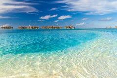 Τέλεια άποψη των βιλών νερού πολυτέλειας στο νησί των Μαλδίβες Μπλε θάλασσα και μπλε ουρανός, ειδυλλιακή άποψη θάλασσας από μια ξ Στοκ φωτογραφία με δικαίωμα ελεύθερης χρήσης