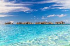 Τέλεια άποψη των βιλών νερού πολυτέλειας στο νησί των Μαλδίβες Μπλε θάλασσα και μπλε ουρανός, ειδυλλιακή άποψη θάλασσας από μια ξ Στοκ Φωτογραφία