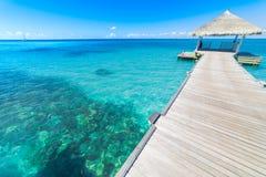Τέλεια άποψη των βιλών νερού πολυτέλειας στο νησί των Μαλδίβες Μπλε θάλασσα και μπλε ουρανός, ειδυλλιακή άποψη θάλασσας από μια ξ Στοκ φωτογραφίες με δικαίωμα ελεύθερης χρήσης