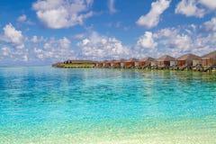 Τέλεια άποψη των βιλών νερού πολυτέλειας στο νησί των Μαλδίβες Μπλε θάλασσα και μπλε ουρανός, ειδυλλιακή άποψη θάλασσας από μια ξ Στοκ εικόνες με δικαίωμα ελεύθερης χρήσης