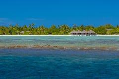 Τέλεια ήρεμη σκηνή παραλιών, μαλακό φως του ήλιου και άσπρη μπλε ατελείωτη θάλασσα άμμου και ως τροπικό τοπίο Στοκ Φωτογραφίες