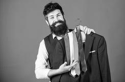 Τέλεια γραβάτα Έννοια αγορών Βοηθητική ή προσωπική υπηρεσία στιλίστων καταστημάτων Συμβουλές στιλίστων Ταίριασμα της γραβάτας  στοκ εικόνα με δικαίωμα ελεύθερης χρήσης