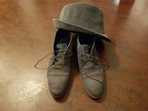 τέλεια εργασία καπέλων παπουτσιών ζευγαριού γκρίζα μπλε στοκ εικόνες