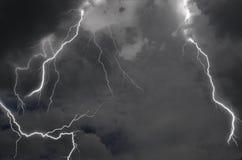 Τέλεια θύελλα αστραπής στα μαύρα σύννεφα στον υψηλό ουρανό στοκ φωτογραφία