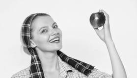 Τέλεια μήλα Υγειονομική περίθαλψη και διατροφή βιταμινών Διατροφή μήλων έναρξης Η γυναίκα φέρνει το καλάθι με τα φυσικά φρούτα Fa στοκ φωτογραφία