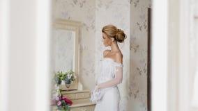 Τέλεια νύφη που στέκεται κοντά στον καθρέφτη απόθεμα βίντεο