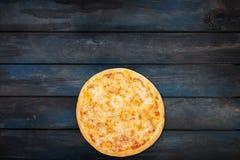 Τέλεια πίτσα Μαργαρίτα σε ένα σκοτεινό ξύλινο υπόβαθρο Τοπ κατώτατος προσανατολισμός άποψης Στοκ εικόνες με δικαίωμα ελεύθερης χρήσης