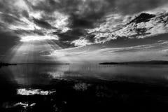 Τέλεια συμμετρική και θεαματική άποψη μιας λίμνης, με τα σύννεφα, τις ακτίνες ουρανού και ήλιων που απεικονίζουν στο νερό Στοκ φωτογραφία με δικαίωμα ελεύθερης χρήσης
