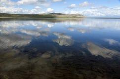 Τέλεια σύννεφα που απεικονίζονται ακόμα στη λίμνη στοκ φωτογραφία με δικαίωμα ελεύθερης χρήσης