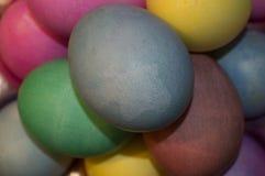 Τέλεια, χρωματισμένη συλλογή των αυγών που βάφονται για τις διακοπές Πάσχας Στοκ Εικόνες