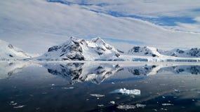 Τέλειες αντανακλάσεις καθρεφτών των χιονωδών βουνών και των παγόβουνων στην Ανταρκτική Στοκ Εικόνες