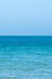 Τέλειοι τυρκουάζ θάλασσα και μπλε ουρανός το καλοκαίρι Στοκ εικόνες με δικαίωμα ελεύθερης χρήσης