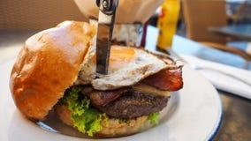 Τέλειο burger γεύμα σε ένα εστιατόριο σκληρής ροκ στοκ φωτογραφία