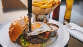 Τέλειο burger γεύμα σε ένα εστιατόριο σκληρής ροκ στοκ εικόνες