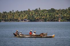 Τέλματα του Κεράλα, τοπικοί ψαράδες στις πιρόγες τους, από Kollam σε Alleppey, Κεράλα, Ινδία Στοκ Εικόνες