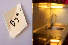 Τέλος της έννοιας σχέσης: αντίο σημειώστε σε ένα ψυγείο με τις συσκευές κουζινών και τα κίτρινα φω'τα στο θολωμένο υπόβαθρο στοκ φωτογραφία με δικαίωμα ελεύθερης χρήσης