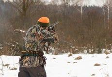 Τέλος της εποχής κυνηγιού Πυροβολισμός κυνηγών στον τομέα στοκ φωτογραφία