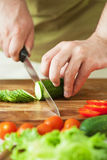 Τέμνοντα λαχανικά ατόμων για τη σαλάτα Στοκ Φωτογραφία