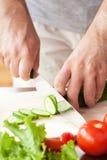 Τέμνοντα λαχανικά ατόμων για τη σαλάτα Στοκ φωτογραφία με δικαίωμα ελεύθερης χρήσης