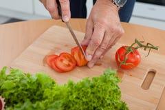 Τέμνοντα λαχανικά ατόμων Στοκ εικόνα με δικαίωμα ελεύθερης χρήσης