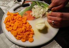 τέμνοντα λαχανικά Στοκ Φωτογραφίες