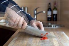 τέμνοντα γρήγορα pepperoni Στοκ Φωτογραφία