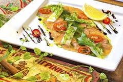 Τέμνοντα κόκκινα ψάρια σε ένα πιάτο Στοκ φωτογραφία με δικαίωμα ελεύθερης χρήσης